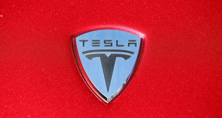 Аукцион Car For Coin начал продажу автомобилей Tesla за BTC.